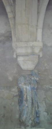 Vierge bleue décapitée et très verticale